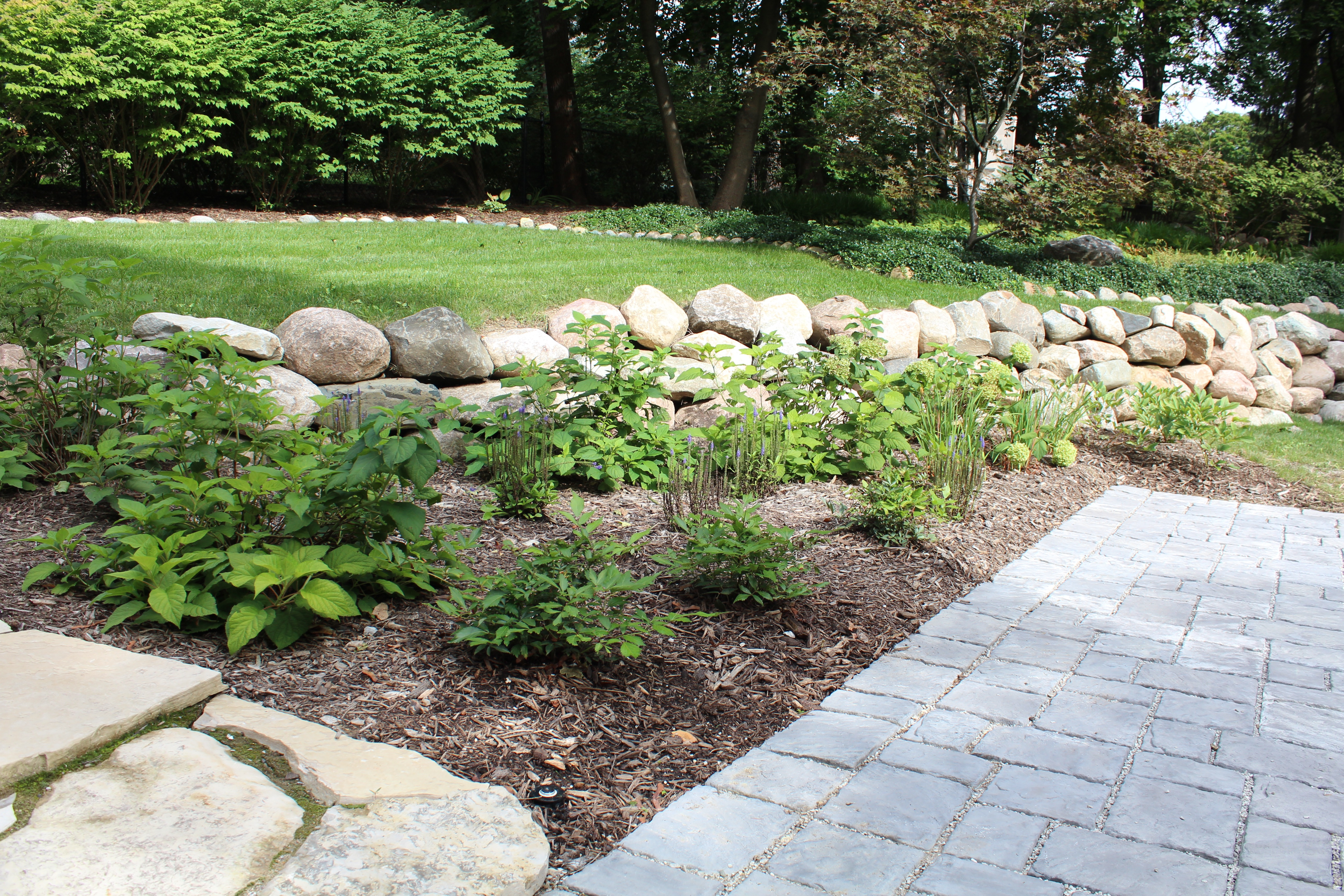 boulder-retaining-wall-wplantbed